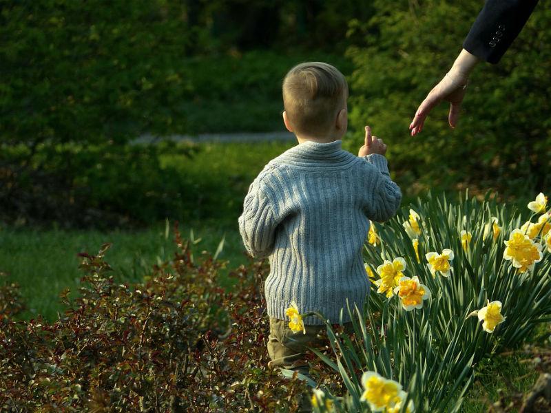 dijete i cvijeće